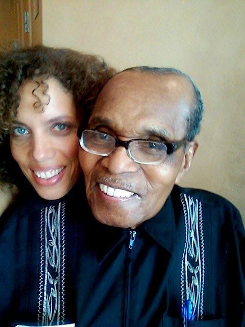 Bernando LaPallo先生今年已113歲了,但他不僅精神煥發,最神奇的是他竟擁有30歲的肌膚,沒有皺紋,也沒有掉任何一顆牙齒。03